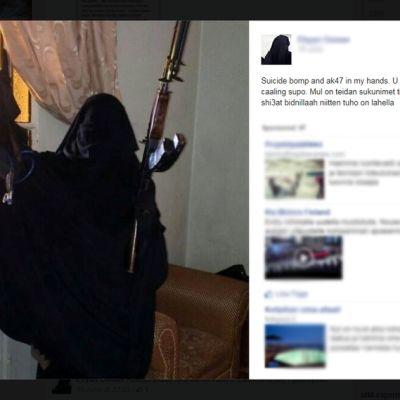 Foto av beslöjad kvinna med stormgevär på Facebook