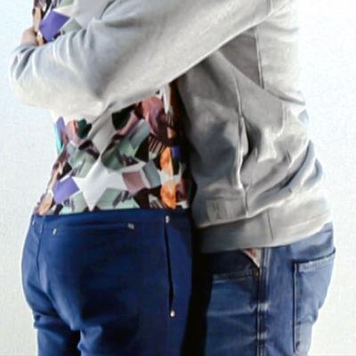 Nainen ja mies halaavat.