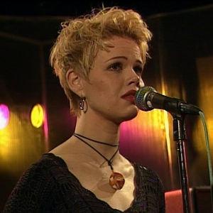 """Saara Soisalo esitti temaattisesti kappaleet """"Tyhjä huone"""" ja """"Lonely House"""""""
