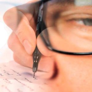 Päällekäiskuvassa miehen kasvot ja päiväkirjan kirjoittaminen