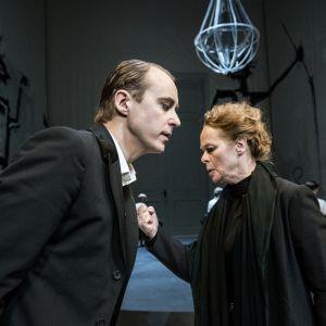 En scen ur Richard III på Dramaten 2014