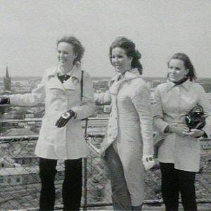Naisia näköalatasanteella katselemassa Uuttakaupunkia
