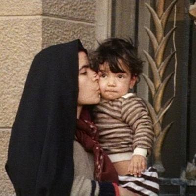 Äiti suukottaa lastaan kadulla Damaskoksessa Syyriassa.