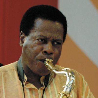 Mies puhaltaa saksofoniin.