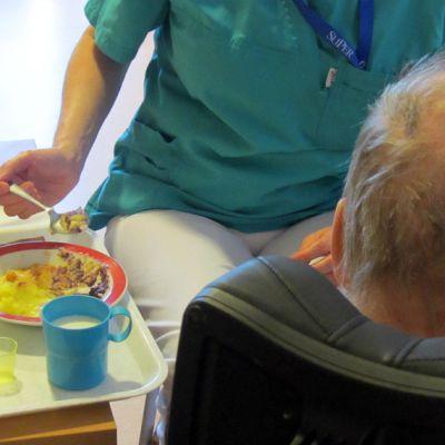 Vanhusta syötetään palvelukeskuksessa