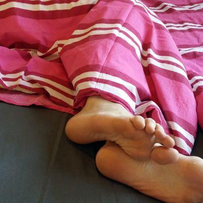 Kuva sängyn jalkopäästä.