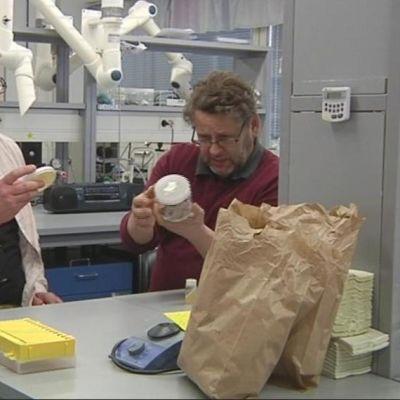 Sienitutkijat Henri Vanhanen (vas.) ja Ari Pappinen Itä-Suomen yliopiston laboratoriossa.