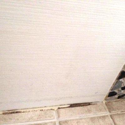 Kylpyhuoneen tummunut laattasauma