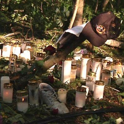 Kuvassa on Toholammin onnettomuuspaikalle vietyjä kynttilöitä.