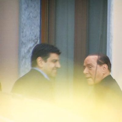 Silvio Berlusconi nousee autosta.