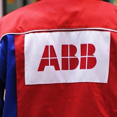 ABB:n logo työmiehen takin selkämyksessä.