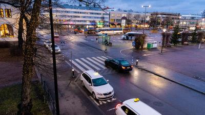 Vy över Borgå torg i skymningen.