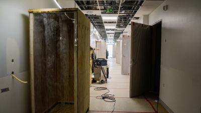 Sjukhuskorridor under byggnad.