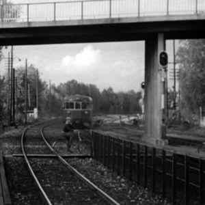 Pyöräilijät pyöräilevät junaradan poikki
