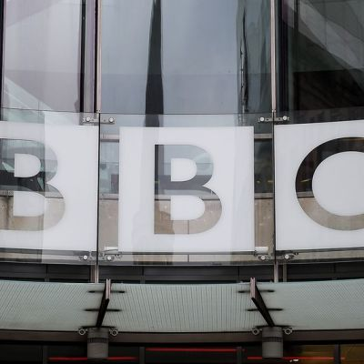 BBC:n logo pääkonttorin edessä Lontoossa.
