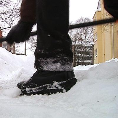 Mies lumitöissä.