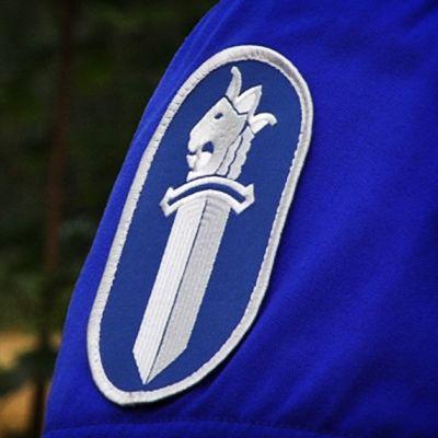 Poliisin logo moottoripyöräpoliisin hihassa.