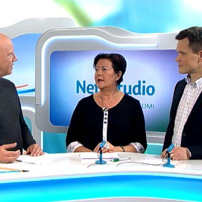 Yle Keski-Suomen Nettistudiossa Aila Paloniemi (kesk.) ja Mikael Palola (kok.).