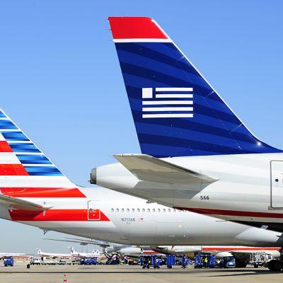 American Airlinesin ja US Airwaysin lentokoneet vierekkäin Texasin kansainvälisellä lentokentällä.