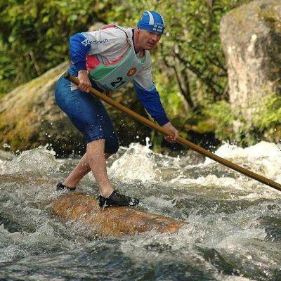 Tukkilaismaratonin moninkertainen Suomen mestari Juha Julkunen tukkijätkälle ominaisessa ympäristössä Kuusamon SM-kisoissa kesällä 2011.