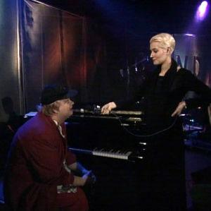 Iiro Rantala pimputti pianoa Trio Töykeissä