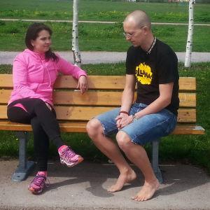 Maarit Åström-Kupsanen ja Mikko Ijäs istuvat penkillä.