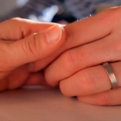 Naisen ja miehen kädet yhdessä