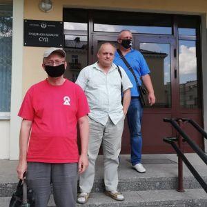 Människorättsaktivisten Roman Jurgel (i mitten) följer rättegångar mot demonstranter.