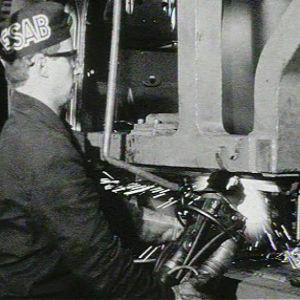 Työntekijä Saab-Valmetin tehtaalla Uudessakaupungissa
