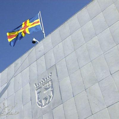 Ålands flagga svajar