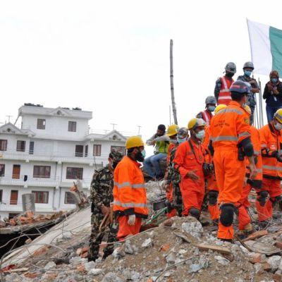 Pakistanin armeijan pelastusryhmä työssä.