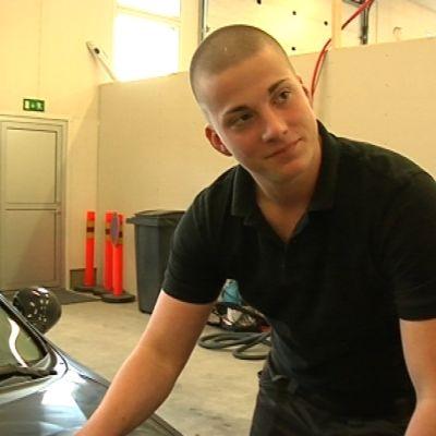 Santeri Närhi huoltaa autoa.