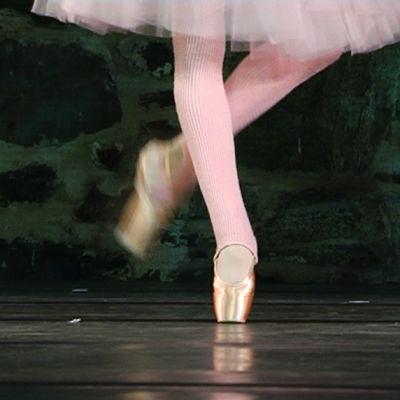 Balettitanssijan jalat lavalla.