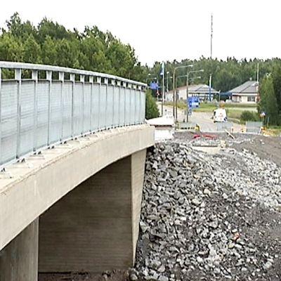 Karperöntien uusi silta avautuu liikenteelle perjantaina iltapäivällä.