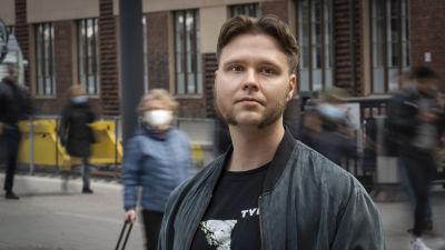 Markus Paarnio Helsingin rautatieasemalla.
