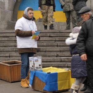 Frivilliga samlar in pengar till nödställda i Ukraina