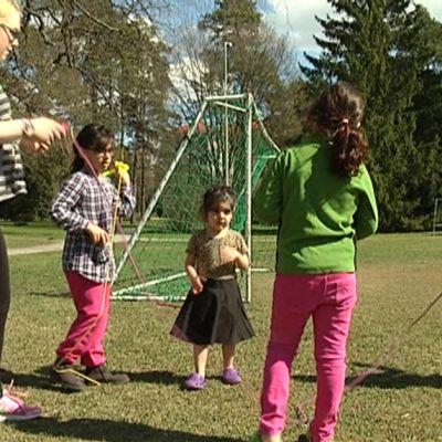 Leikkiviä turvapaikanhakijoiden lapsia Halikon vastaanottokeskuksen pihalla
