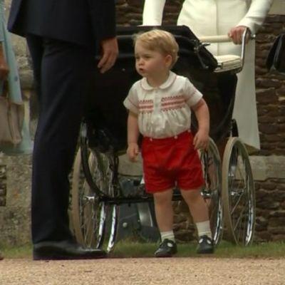 Britannian prinssi George vanhempiensa kanssa pikkusisarensa Charlotten ristiäisissä.