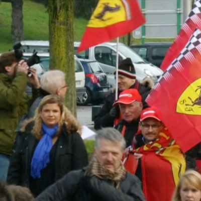 Ferrarin väreihin pukeutuneita Schumacher-faneja.