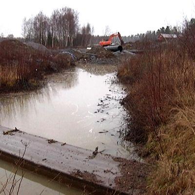Mahdollinen tulvavesi johdetaan Sepänkylän ohitustien alta erilaisin putki- ja pumppaamorakentein.