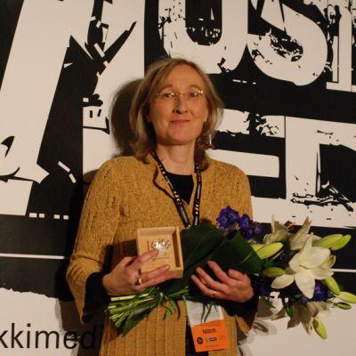 Maria Tarnanen ja palkinto.