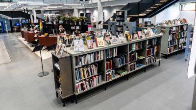 Hyllor i ett bibliotek.