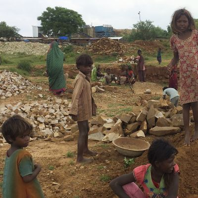 Intiassa monet köyhät perheet myyvät lapsensa orjaksi.