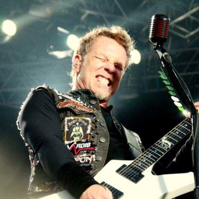 Metallican kitaristi James Hetfield eläytyy.