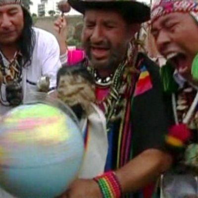 Maya-shamaanit suorittavat maailmanlopun rituaalia Perussa.