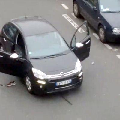 Paikallisen asukkaan kuvaamasta videosta otettu kuva hyökkäyksen alkuhetkistä.