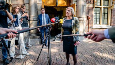 Den nederländska politikern Ank Bijleveld talar till journalister utanför parlamentet
