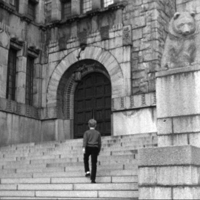 Pojke vid Nationalmuseets trappor, 1966