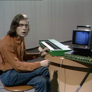 Erkki Kurenniemi musiikkia tuottavan Dimi-O-laitteistonsa kanssa. 1971.