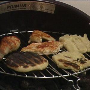 Kesäkeittiön grillissä broileria ja perunarieskaa